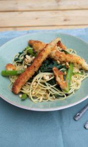 Krokante kabeljauwsticks, spinazie, asperges, pesto