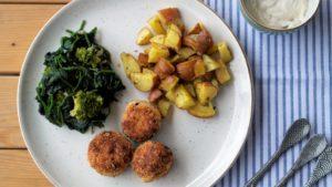Krokante geitenkaasballetjes, overaardappels, spinazie, broccoli