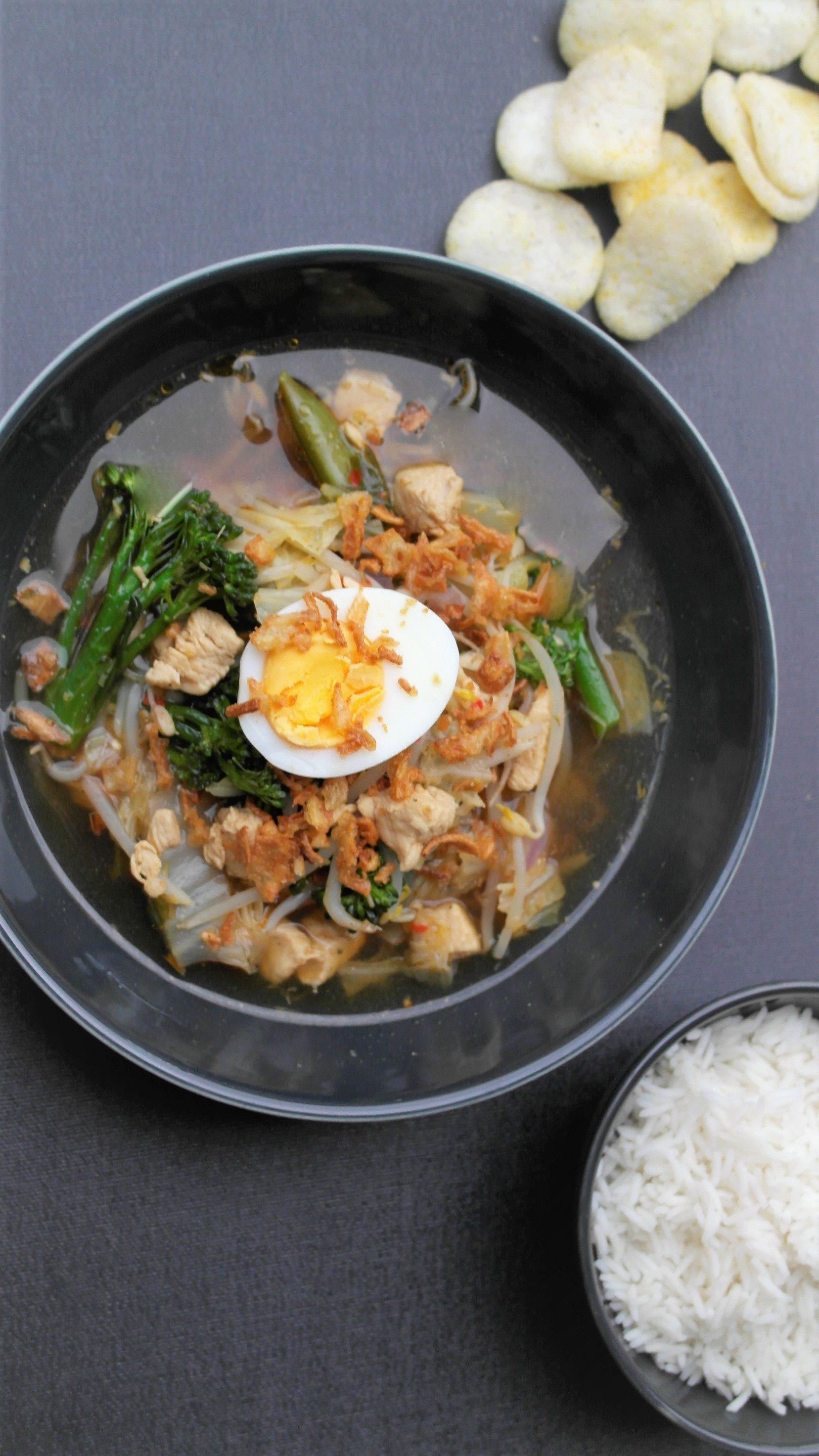 Indonesische, makkelijke sotosoep (ajam) met rijst