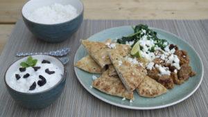 Naanbrood, gehakt, spinazie, yoghurt-olijfdip, feta