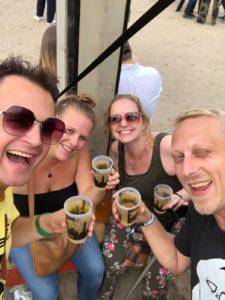 Op een festival met vrienden.