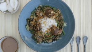 Gehaktballetjes met rijst, Oosterse groentes en zelfgemaakte satesaus