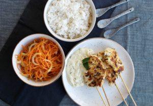 Kipspiesjes, wortelvenkelsalade, citroenbotersaus, BBQ, Grill